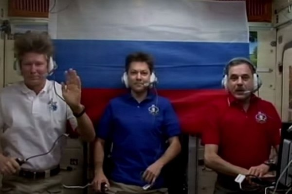 Экипаж МКС поздравил россиян с Днем флага